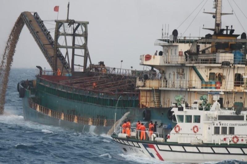 海巡署艦隊分署海上查扣中國抽砂船。(海巡署艦隊分署提供)