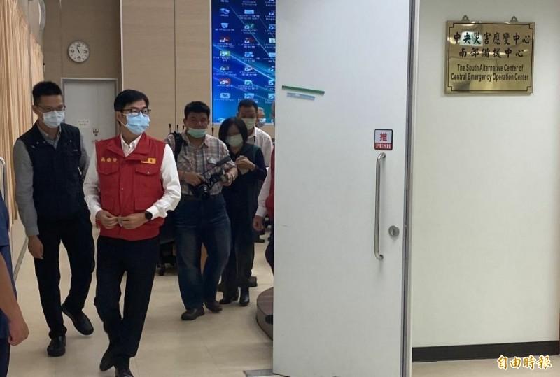 高雄市長陳其邁(中)主持防疫會議後,被問及柯拉克訪台看法。(記者黃旭磊攝)