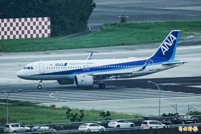 日本前首相森喜朗專機在下午4點50分降落松山機場。(記者鹿俊為攝)