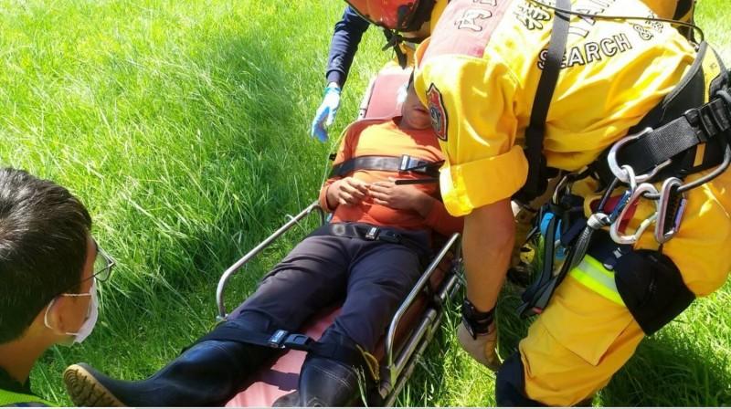 邱姓護管員由直升機吊掛成功,送到花蓮德興運動場,轉由救護車送往花蓮慈濟醫院。(空勤總隊提供)