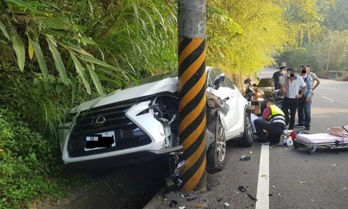 8旬翁開Lexus休旅車在台3線自撞山壁及電線桿,車頭毀了。(記者蔡政珉翻攝)