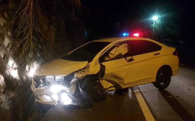男子從台北租車開到苗栗獅潭路段,因疲勞駕駛自撞山壁。(苗栗縣消防局提供)