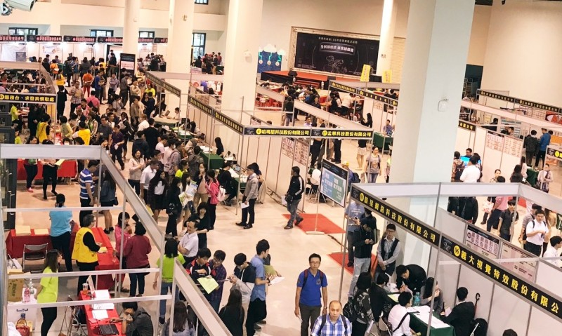 高雄市勞工局19日下午1點起在科學工藝博物館北館舉辦大型徵才活動,想求職民眾可多加利用。(圖/勞工局提供)