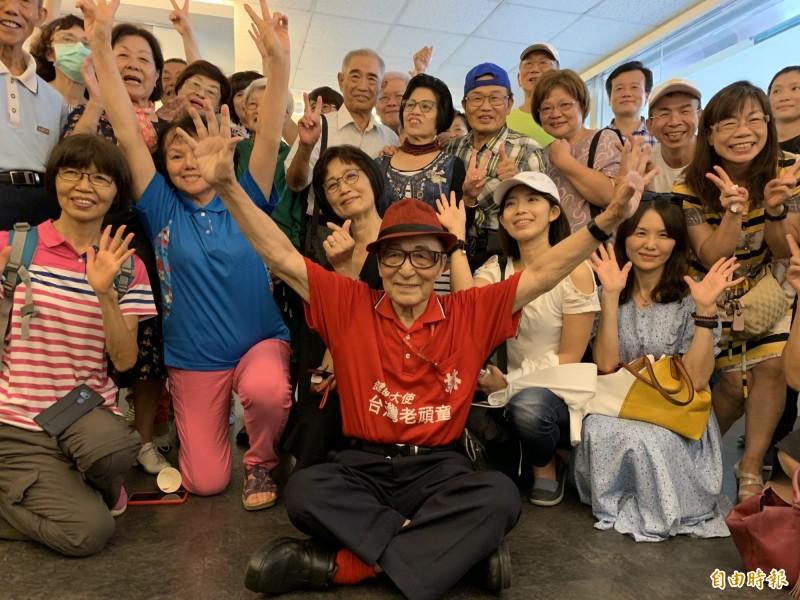 林友茂將在今年中秋節(10月1日)晉升百歲人瑞,百歲影展今天開展慶生,許多銀髮好朋友也來共襄盛舉。(記者蔡淑媛攝)