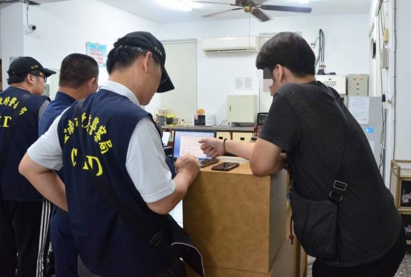 意外發現男屍的網路直播主(右)到派出所協助警方製作筆錄。(記者楊金城翻攝)