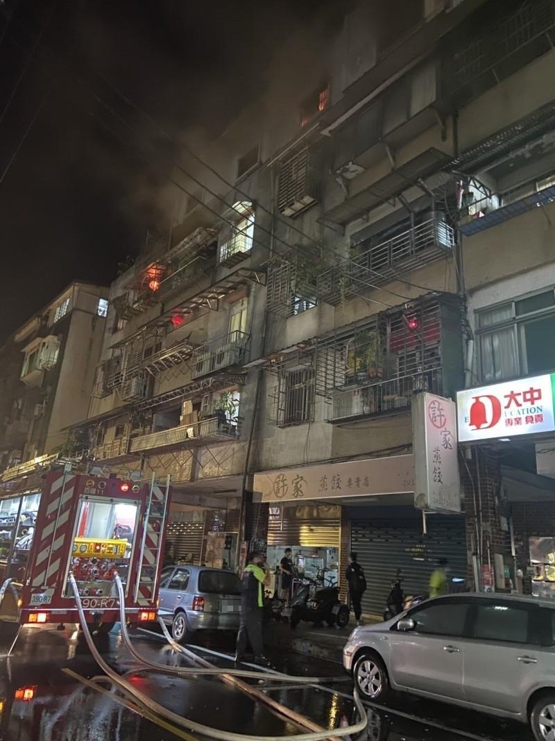 基隆市七堵區福二街5樓民宅18日深夜發生火警,3人受困,老夫婦獲救,但女兒不幸命喪火場。(記者林嘉東翻攝)