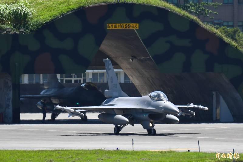 共機大舉擾台,空軍花蓮基地F-16戰機,緊急由機堡滑出升空警戒。(記者游太郎攝)