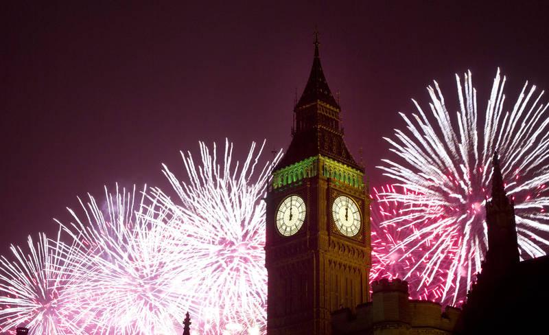 英國倫敦的跨年煙火是每年跨年的重頭戲之一,不過由於新冠肺炎在全球大流行,今年倫敦將不會像往年一樣發射煙火。(美聯社)