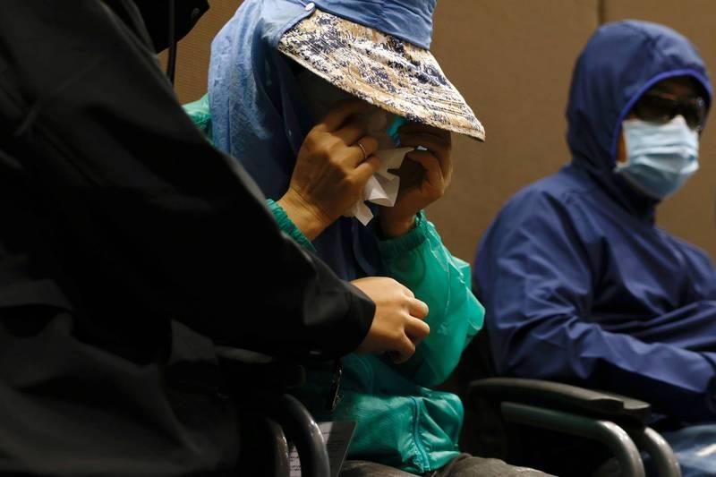 國際特赦組織香港分會發起連署,籲請各界即刻聲援12名被送中港人。圖為12名港青家屬12日召開記者會時低頭拭淚。(路透)