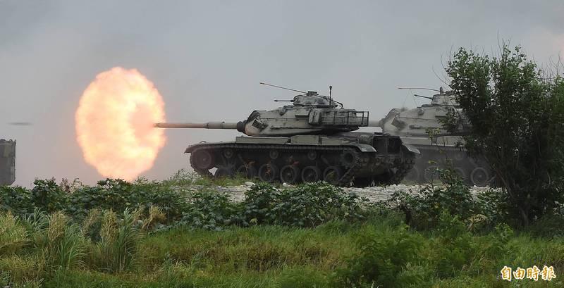 國軍第5作戰區今年7月在甲南海灘進行「三軍聯合反登陸作戰」實彈操演。圖為我國陸軍M60A3戰車發射砲火殲滅假想目標。(記者廖振輝攝)