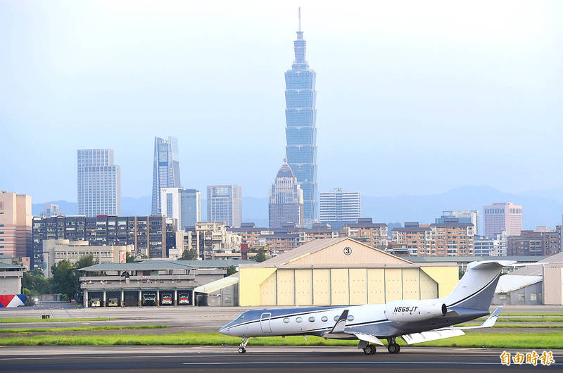 A chartered Gulfstream G-V jet carrying a US delegation headed by US Undersecretary of State for Economic Growth, Energy and the Environment Keith Krach lands at Taipei International Airport (Songshan airport) on Thursday.  Photo: Chien Jung-fong Taipei Times
