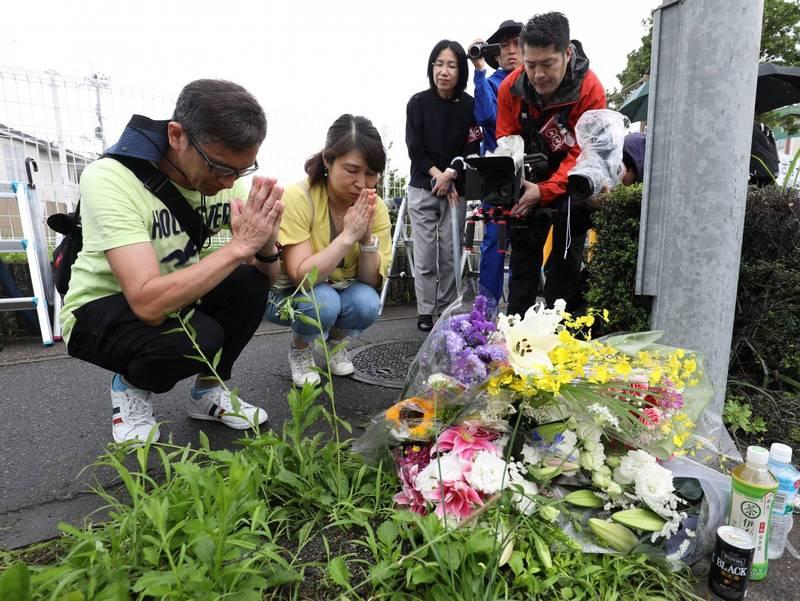 日本京都動畫去年遭縱火釀成36死,今天(18日)上映了災後首部動畫電影《紫羅蘭永恆花園》,許多日本民眾都進入電影院以行動代表支持。圖為去年縱火案過後在現場獻花哀悼的民眾。(歐新社)