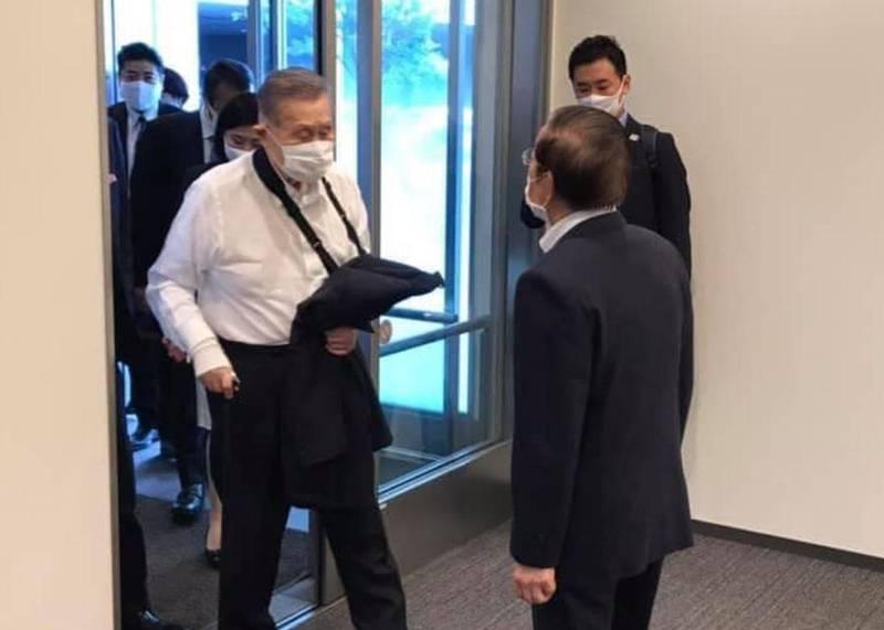 駐日代表謝長廷(右)指出,83歲的森喜朗(左)其實前天跌倒受傷,手臂仍掛著吊帶,但仍堅持親自到台灣參加故前總統李登輝的追思禮拜。(圖擷取自臉書_謝長廷)