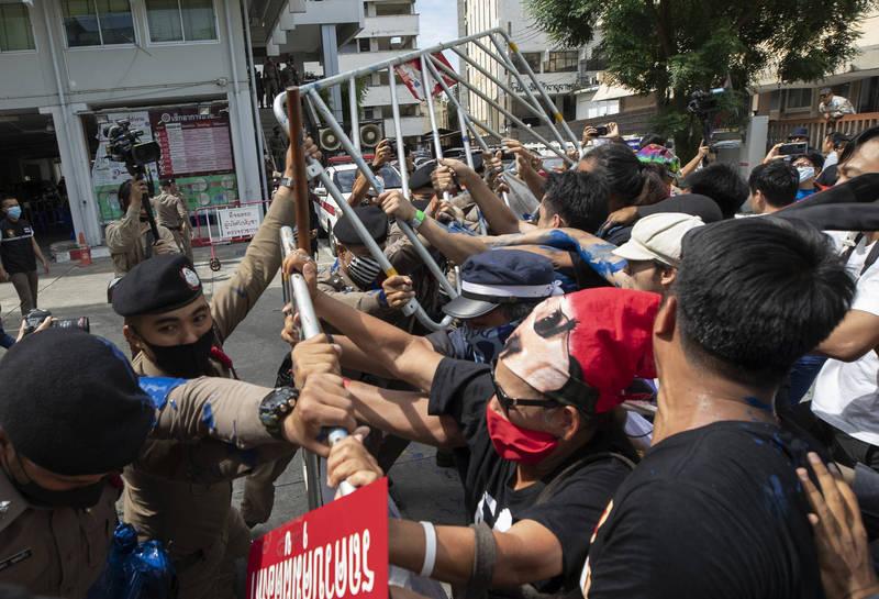 泰國掀起反政府浪潮,二個月以來大小紛爭不斷,學生組織號召民眾上街參與19日反政府示威遊行。(美聯社)
