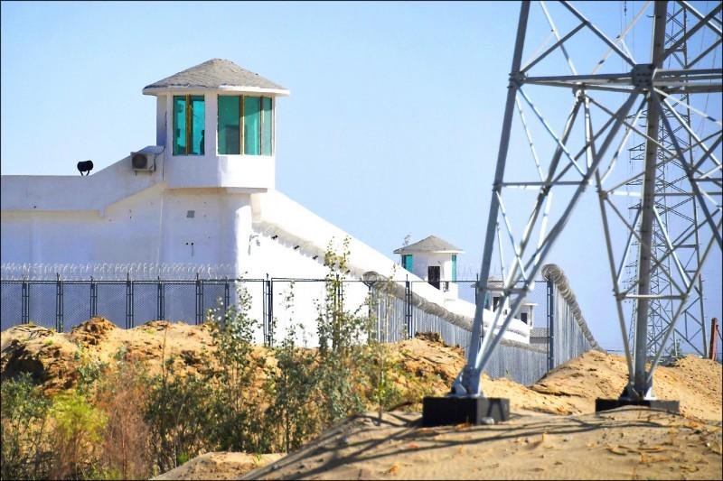 圖為二○一九年五月間,南疆和田市一個據信是「再教育營」的戒備森嚴設施,沿著高牆建有制高的瞭望塔。 (法新社檔案照)