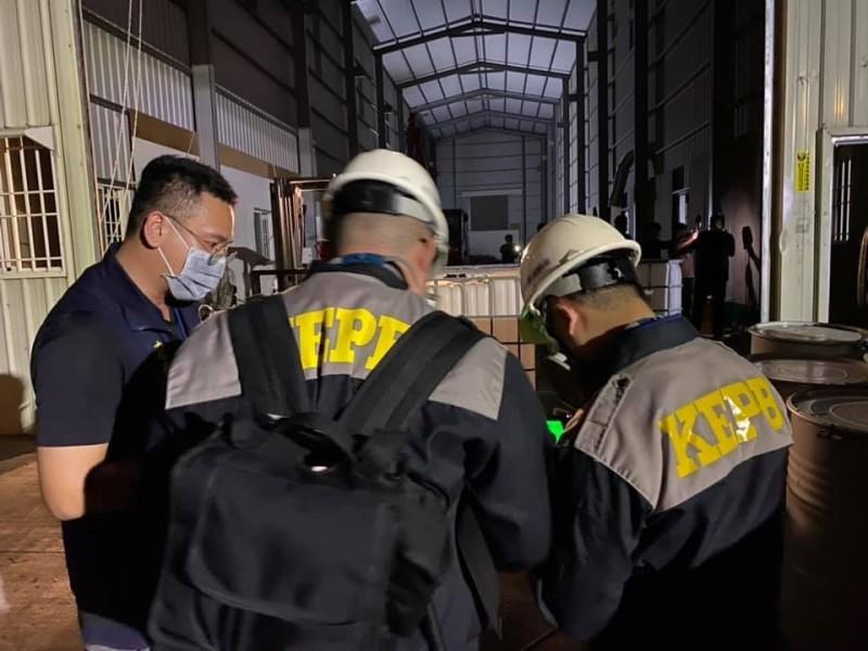 高市府積極處理鳥松鐵皮屋非法棄置廢溶劑案。(記者王榮祥翻攝)