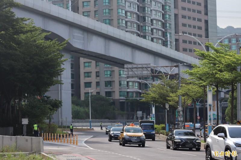 新北市政府警察局於車隊行經路線沿途部署警力。(記者周湘芸攝)