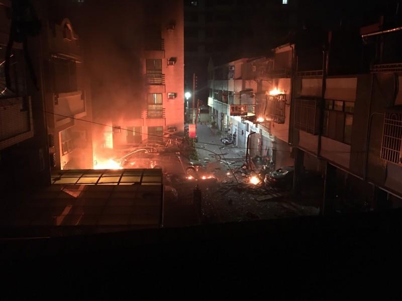 起火點位於11號(圖左),爆炸彈射的物品,引燃對面的12號(圖右)。(民眾提供)