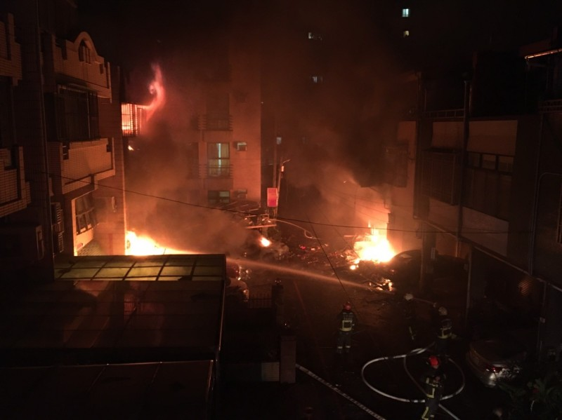 消防員抵達時,陳宅(圖左)已陷入火海,事後消防員找到3桶瓦斯,感覺不尋常。(民眾提供)