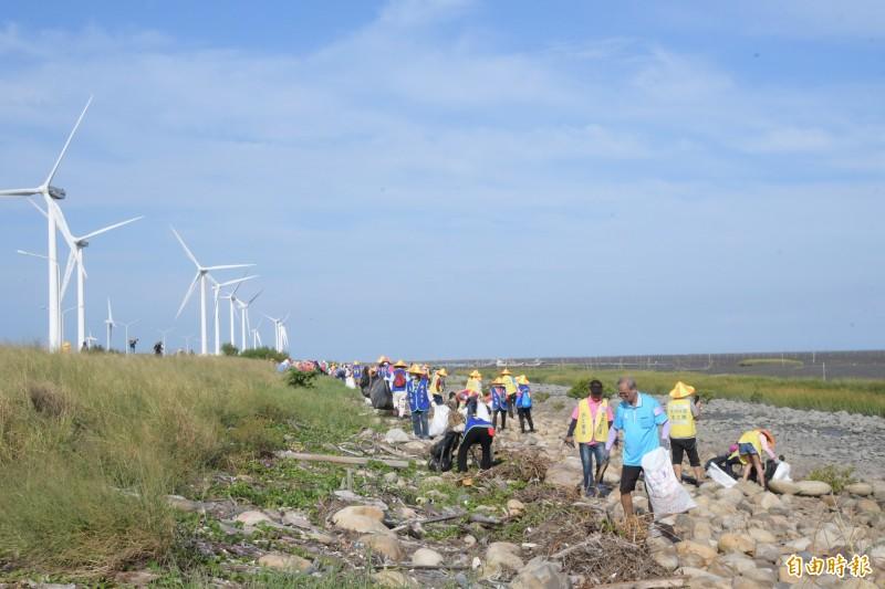 超過500人志工、居民及公司行號團體,參與今在彰化縣伸港濕地的淨灘活動。(記者張聰秋攝)