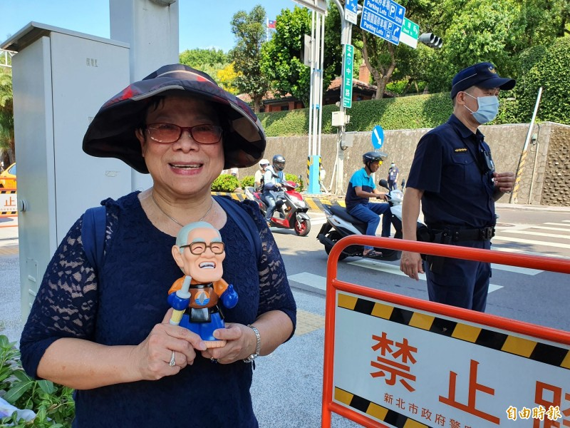 68歲的盧阿姨特地拿著李登輝Q版公仔來送李最後一程。(記者邱書昱攝)