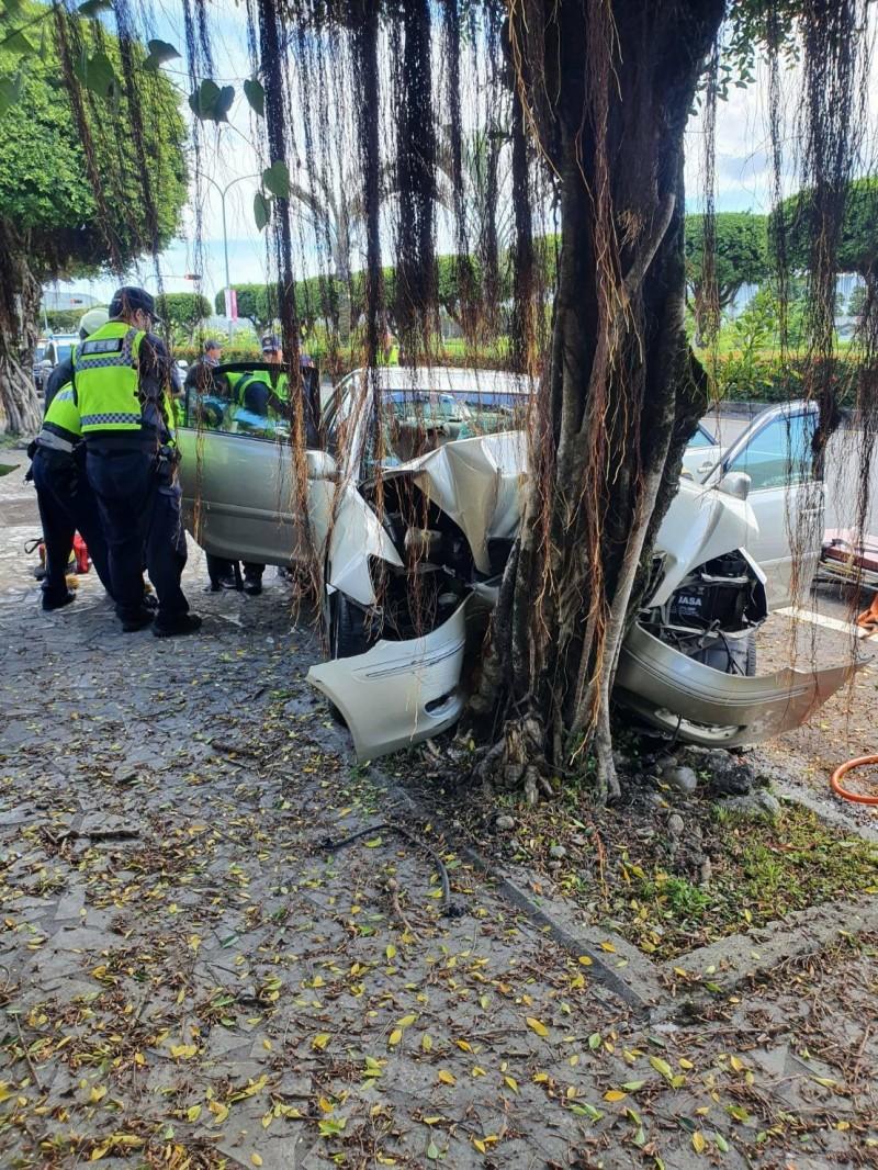 台九線花蓮鳳林路段接近中午發生轎車自撞路樹意外,疑似車速過快車頭嚴重變形、擋風玻璃碎裂,造成車上4人2死2傷。(消防局提供)
