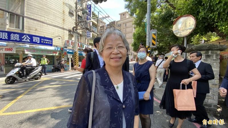 台北市水噹噹姊妹聯盟成員郭女士受訪時表示,前總統李登輝是台灣民主之父,非常感念他對台灣的貢獻,因此決定前來參與追思禮拜。(記者黃欣柏攝)