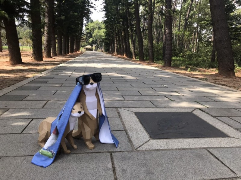 金門國家公園舉辦「3代同堂漫步中山林」健走活動,有人把水獺模型打扮一番,看起來有模有樣。(金管處提供)