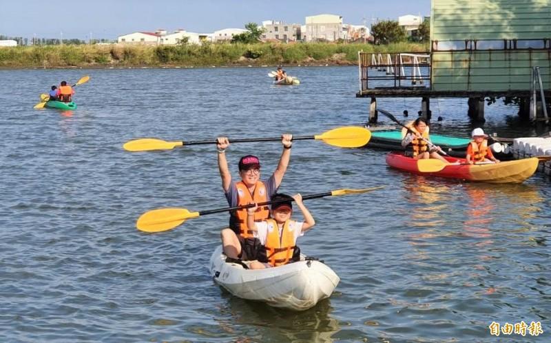 親子划獨木舟體驗,帶領小朋友親近海洋。(記者楊金城攝)