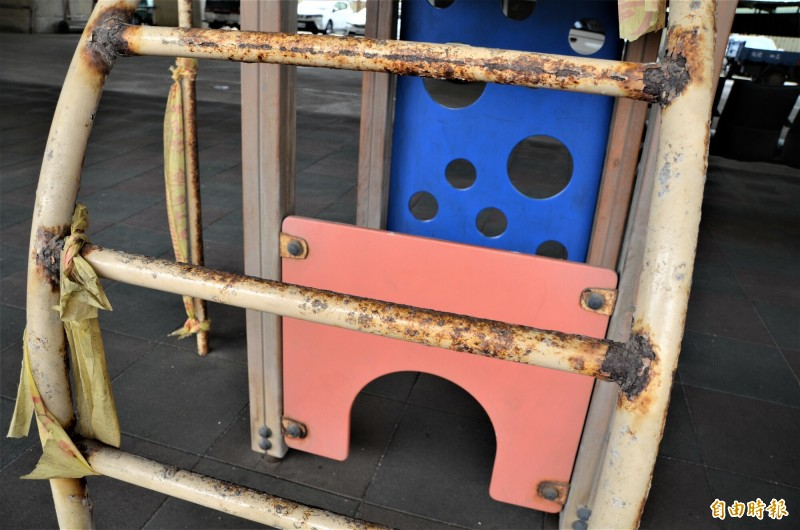 大園區北港里台61線橋下公園,部分兒童遊樂設施鏽蝕嚴重,圍起的警示帶已破損斷裂。(記者鄭淑婷攝)