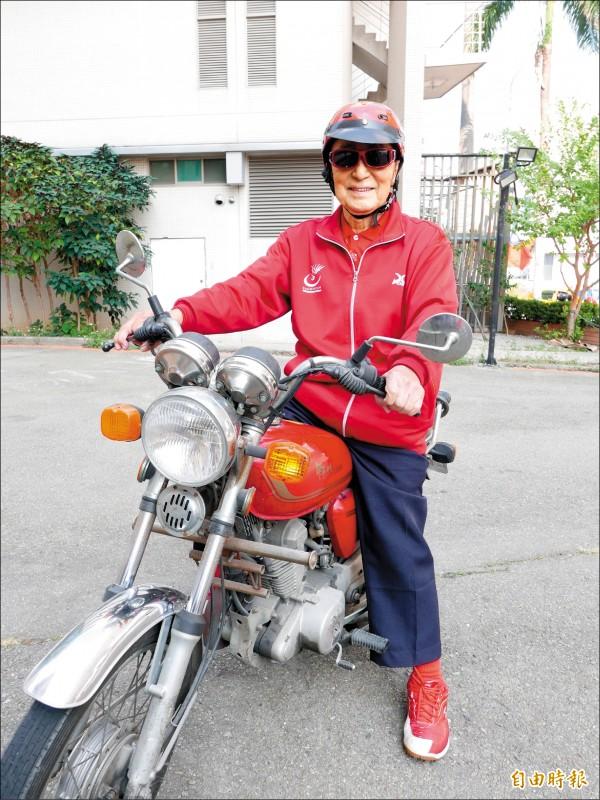 林友茂曾兩次騎野狼機車環島,現雖已99歲,仍騎車趴趴走。 (記者蔡淑媛攝)