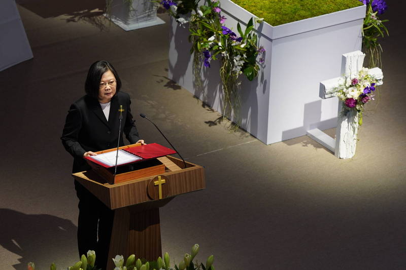 李登輝前總統7月30日辭世,今天上午在淡水真理大學大禮拜堂舉行告別禮拜,蔡英文總統出席並頒發褒揚令。蔡總統致詞時表示,李前總統在卸任之後,依然關心國家的認同和永續發展,他在晚年仍不斷汲取新知,透過出訪、寫作和演講一再探問台灣的未來該往哪裡走?希望激勵台灣人共同奮鬥,「走出一條屬於台灣自己的道路」。(台北市攝影記者聯誼會提供)