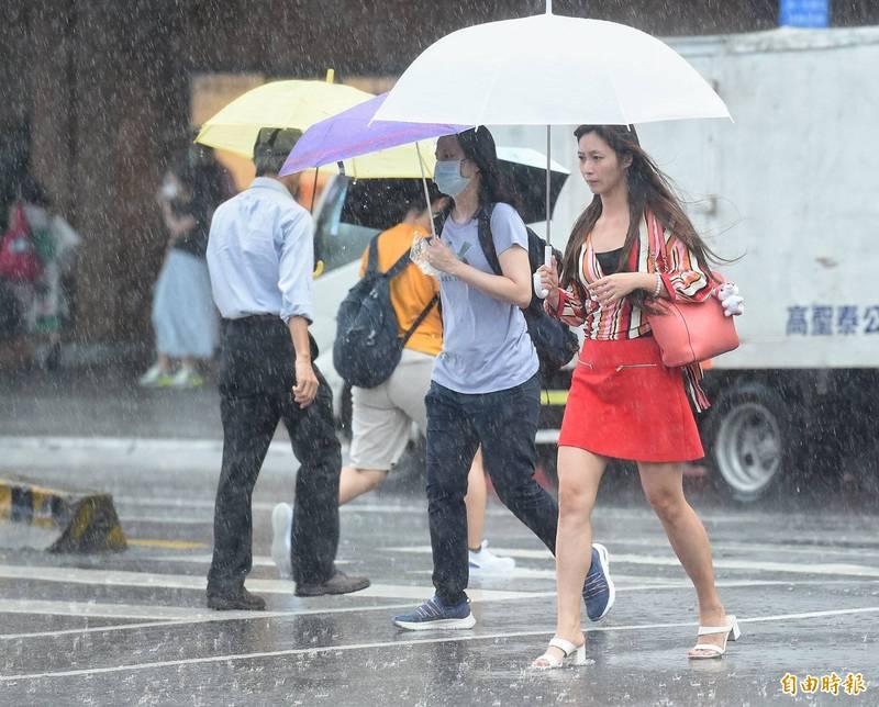 明天北部及東半部有局部短暫陣雨或雷雨,中南部地區為多雲有午後短暫雷陣雨的天氣,午後雷陣雨並有較大雨勢發生的機率,提醒民眾外出活動記得要攜帶雨具。(資料照)