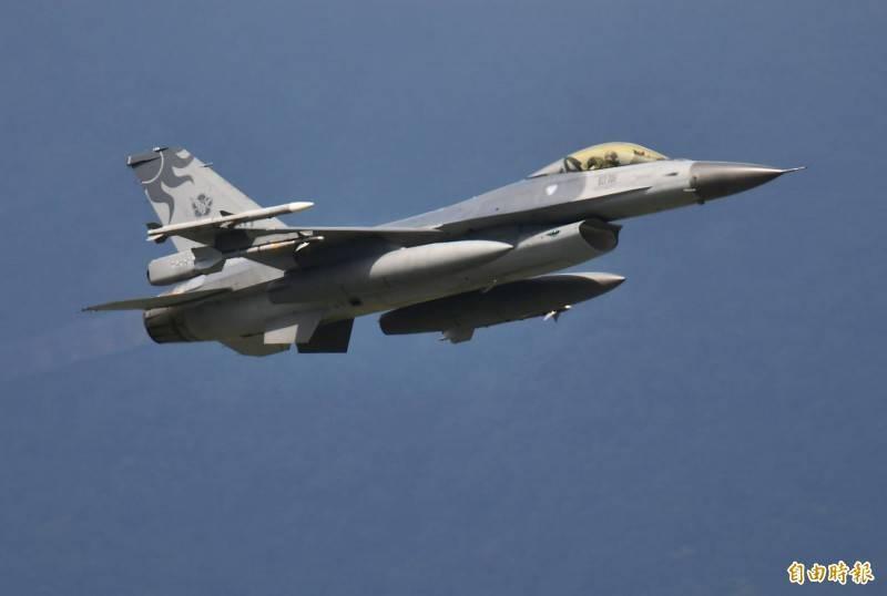 空軍花蓮基地出動F-16戰機,緊急升空警戒。(記者游太郎攝)
