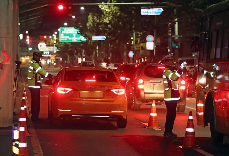 南韓33歲女子酒後駕駛賓士撞死54歲的炸雞外送員,死者女兒要求對肇事者嚴加懲罰,目前已有60萬2611人參與連署。南韓酒測攔檢示意圖。(歐新社)