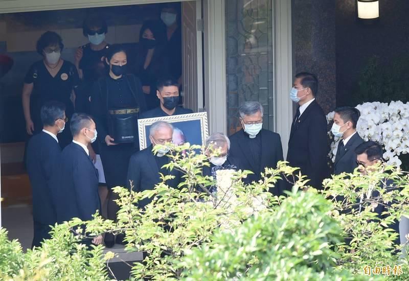 李登輝前總統告別追思禮拜19日舉行,一早家屬移靈前往會場。(記者方賓照攝)