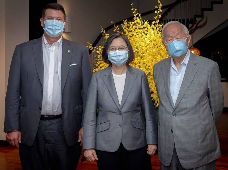 總統蔡英文(中)與美國務次卿柯拉克(左)、台積電創辦人張忠謀(右)合照。(總統府提供)
