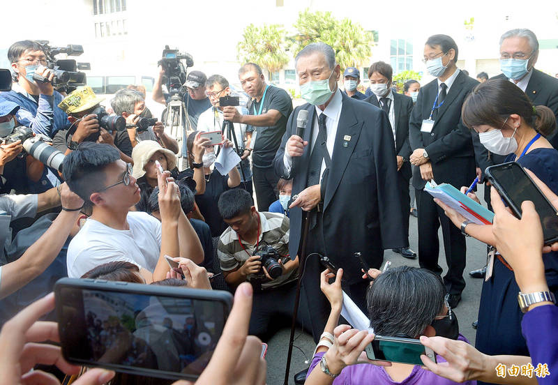 Former Japanese prime minister Yoshiro Mori speaks in front of the EVA Sky Jet Center at Taipei International Airport (Songshan airport) before returning to Japan after having attended the official memorial service for former president Lee Teng-hui at the Aletheia University Chapel in New Taipei City's Tamsui District. Photo: Chang Chia-ming, Taipei Times