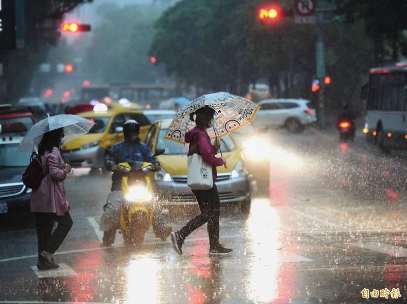 中央氣象局今(19)日下午5點10分針對北北基等16縣市發布大雨特報;桃園與南投於35分升級為豪雨特報,提醒民眾外出要攜帶雨具。(資料照)