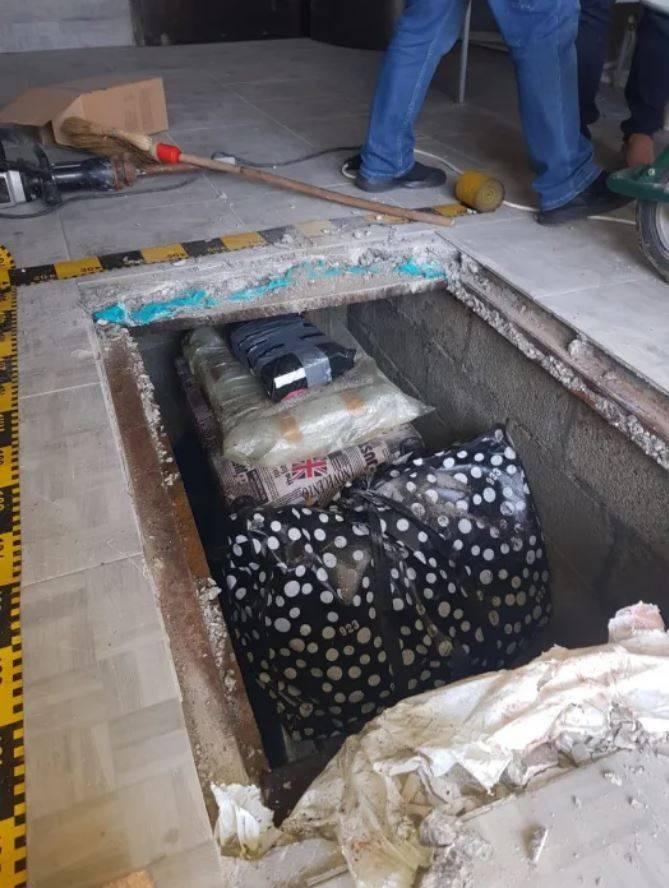 遭竊的珍貴古書被埋在一間房子的地板底下。(取自英國倫敦警察廳)