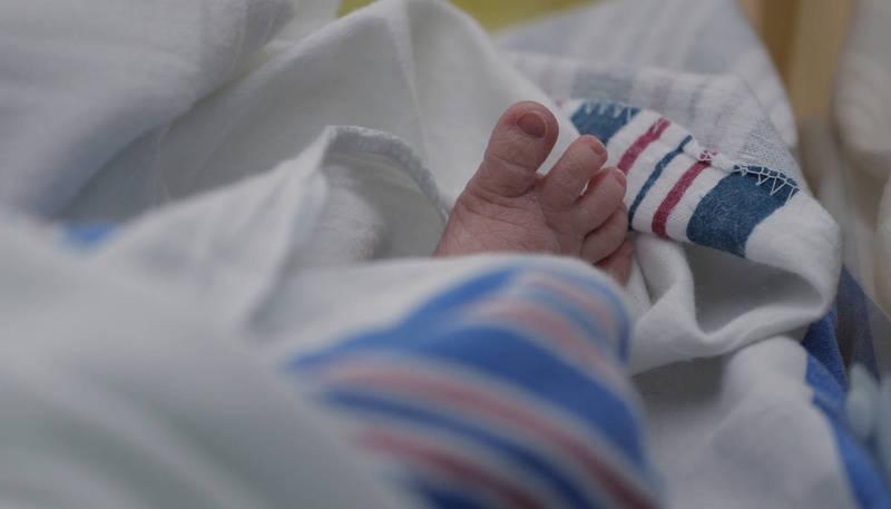 1名媽媽日前揹著女嬰到麵店用餐,老闆娘卻辱「生女兒就是破盤子」,讓這名媽媽氣炸PO文。示意圖。(美聯社)