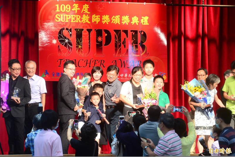109年SUPER教師獎頒獎典禮,親友團開心與得獎教師們合影,留下這光榮時刻。(記者王藝菘攝)