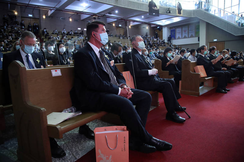 美國國務院次卿柯拉克(左)代表團與日本前首相森喜朗(右)代表團被安排到追思禮堂同一側,2代表團間也以透明隔板實施防疫。(台北市攝影記者聯誼會提供)