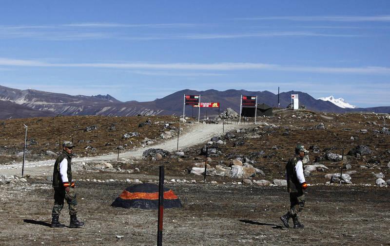 據印度媒體報導,中國不僅想在邊境上派人駐守,還想架設監視器以監看印軍動向。。圖為中印邊境示意圖。(美聯社)