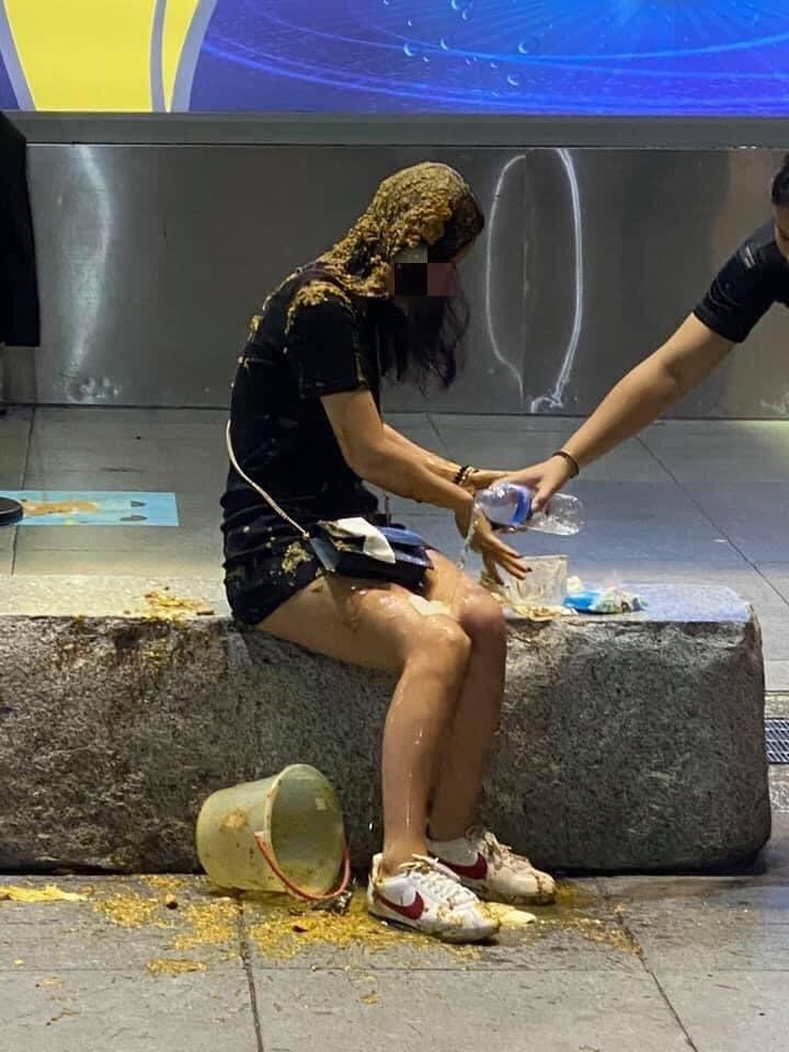 整桶糞水朝邱女淋下,民眾好心協助清洗。(翻攝爆料公社)