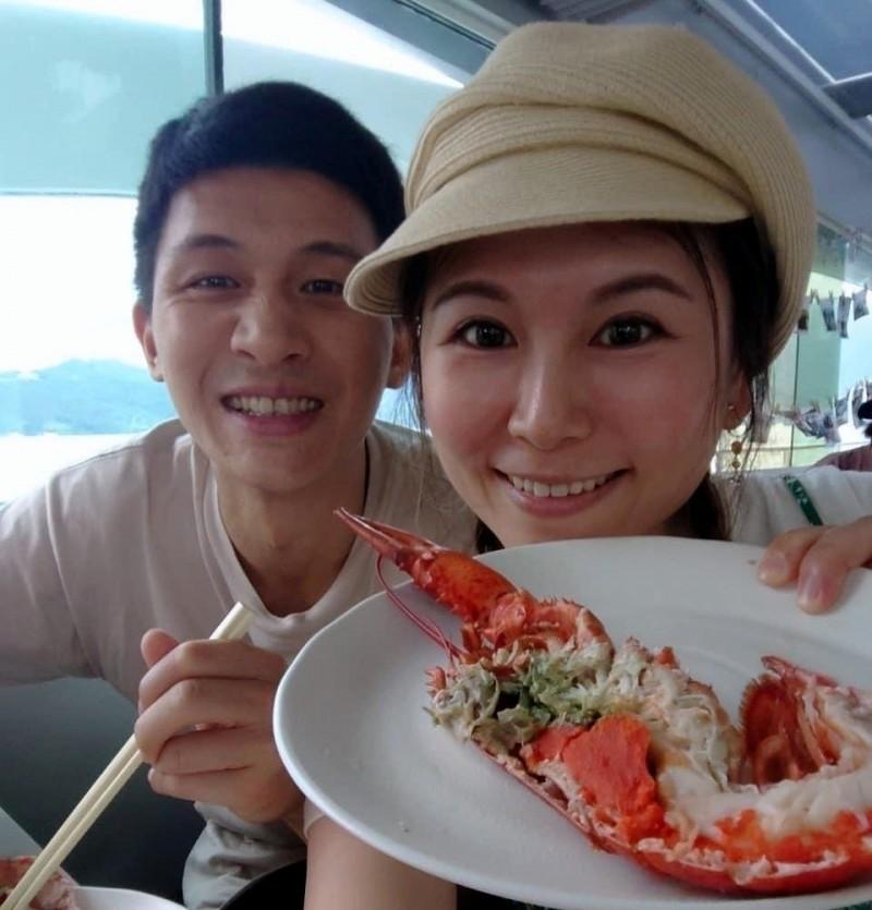 日月潭遊艇業者推出「邊吃邊玩下午茶」服務,龍蝦也是桌上佳餚,令遊客愛不釋手。(日月潭金鑽號提供)