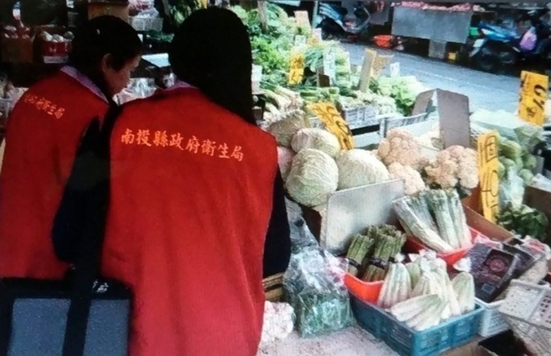 南投縣衛生局派員進行中秋節應景食品抽驗情形。(南投縣衛生局提供)