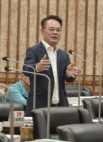 民進黨高市議員韓賜村主張市長施政報告後質詢時間應恢復為每人15分。(記者王榮祥翻攝)