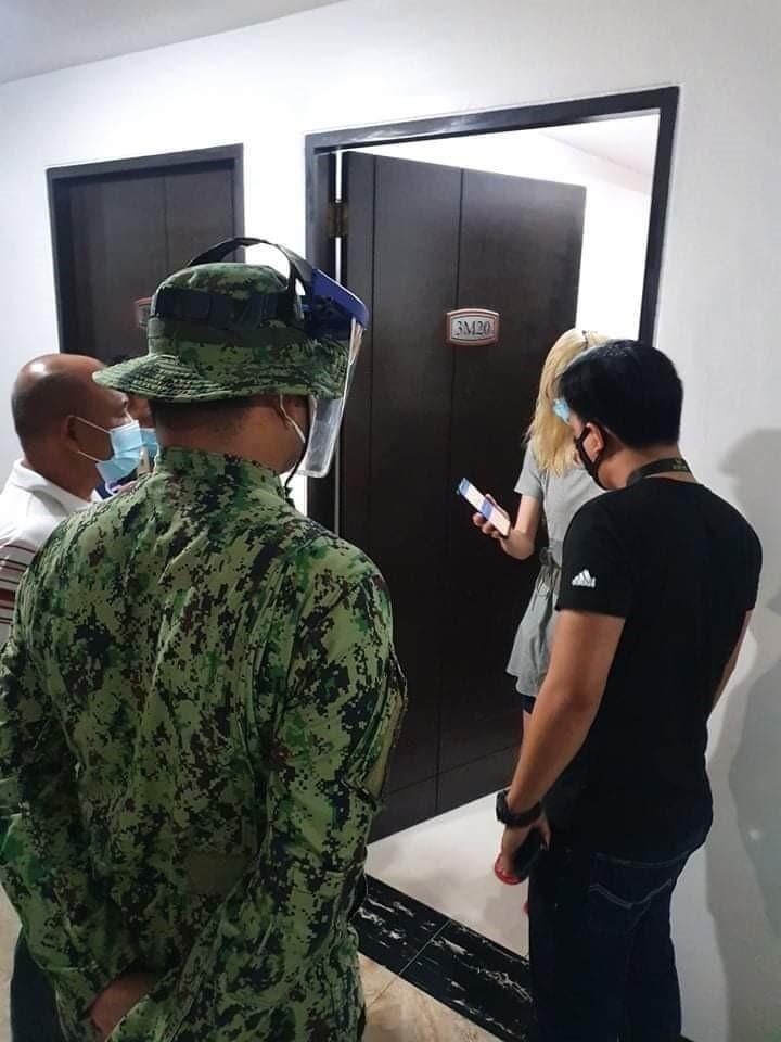 菲警前往受害台灣人遭拘禁現場救援。(記者姚岳宏翻攝)