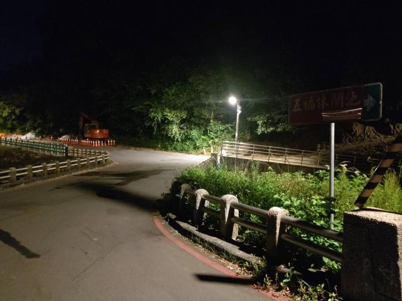 李男凌晨將灑水車停放在龍潭橋上,抽取溪水被巡邏警員發現,帶回偵辦。(記者吳昇儒翻攝)